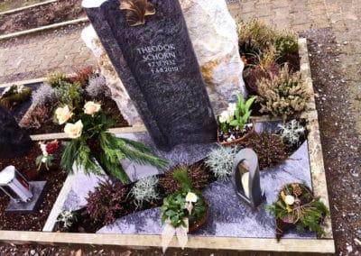 Urnengrab mit Stele aus Orion Granit und Abdeckplatten
